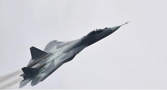 Características y demostración del caza ruso T-50 en el salón aeroespacial internacional en Moscú (MAKS 2015)
