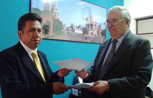 Firma e Intercambio  del Convenio entre el Sr.Dr.Luis Orlando Larrea García, Presidente del Colegio Médico Departamental de La Paz , y el Sr.Lic. Juan José Capriles Márquez, Director de ALAR BOLIVIA