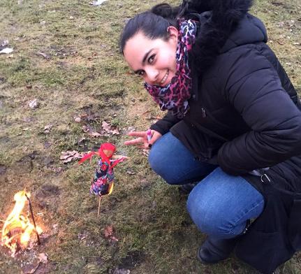 Illiany Jiménez, Dra. mexicana estudiante de Especialidad en San Petersburgo, confeccionó una muñeca de paja.