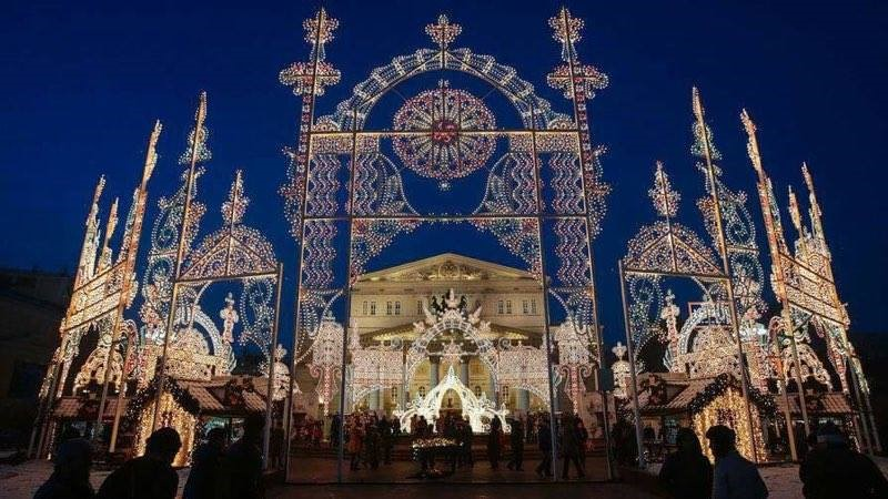 Decoración frente al Teatro Bolshoi en Moscú
