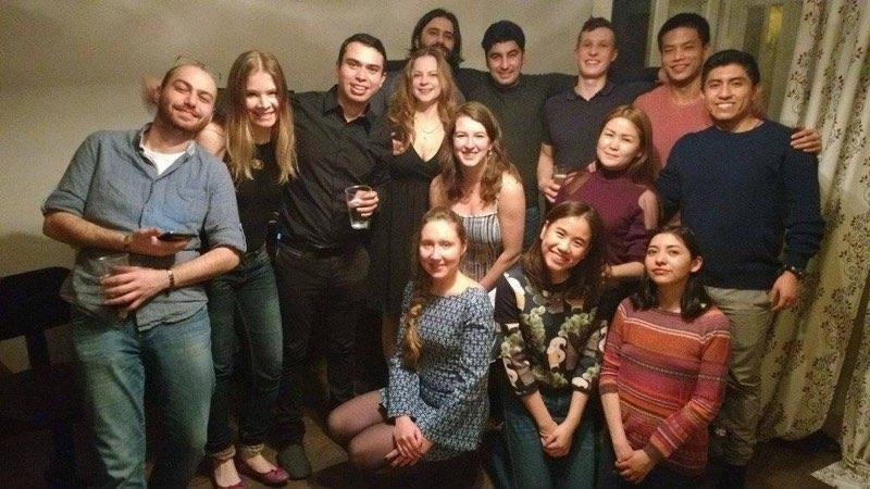 Misael junto a sus compañeros de otros países
