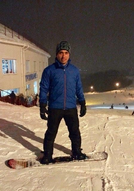 Germán Téllez de la Universidad Aeroespacial de Samara sobre su tabla de snowboard
