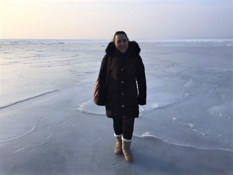 Diana sobre el mar congelado en la ciudad de Vladivostok