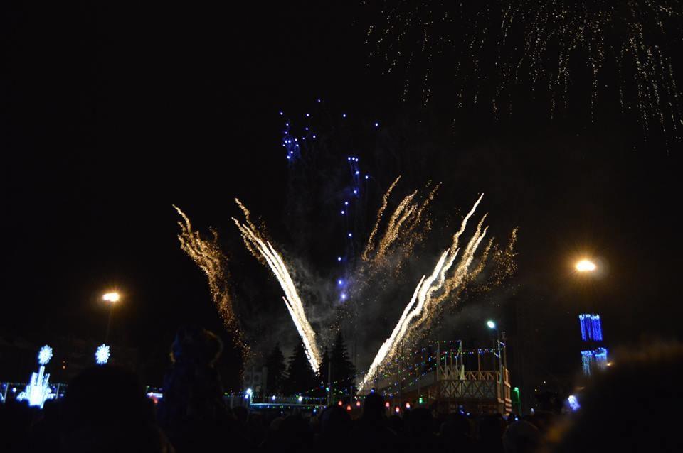 Fuegos artificiales en el centro de la ciudad de Samara