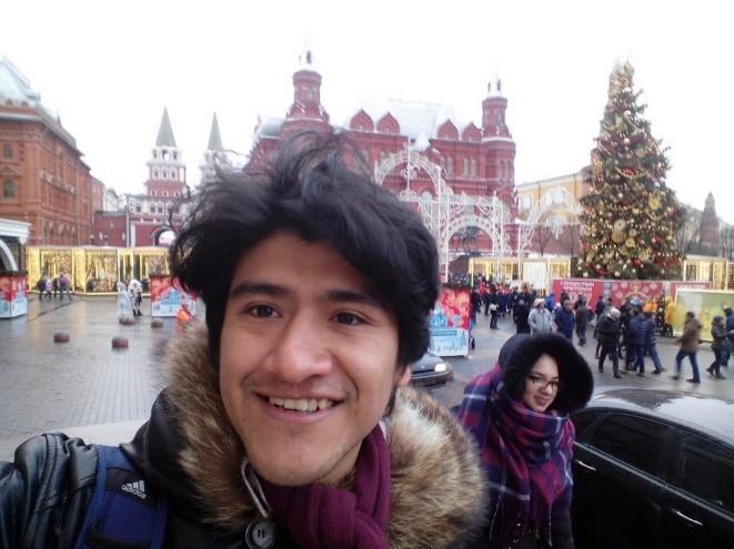 Osvaldo Reyes con el Museo Estatal de Historia de fondo