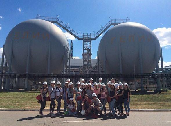 """Los estudiantes universitarios de Gubkin Realizando prácticas de enseñanza y evaluación en las instalaciones de LLC """"Minera Gazprom Orenburg""""(Planta de Helio)"""