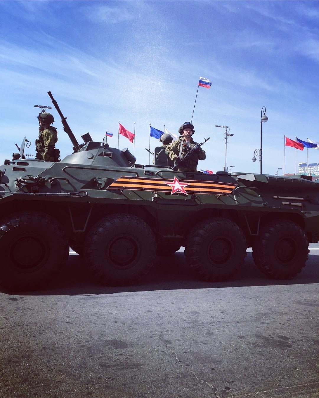 Uno de los tantos transportadores blindados exhibidos durante el desfile que se llevó a cabo en Vladivostok. Foto tomada por Diana Solís Laguna, estudiante de la Facultad de Idioma, próxima a ingresar a Pediatría en la Universidad Federal del Lejano Oriente