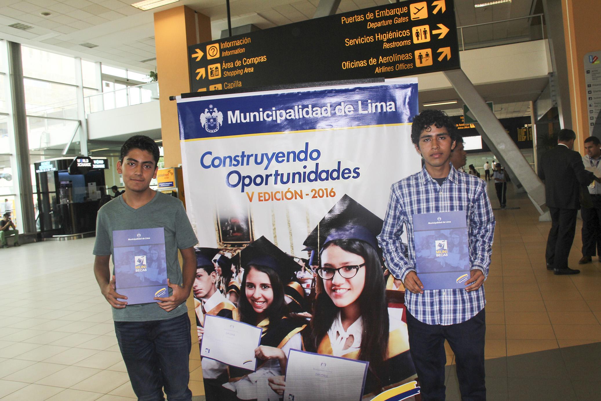 De Izq. a Der.: Manuel Bravo y Frank Carbajal en el Aeropuerto Internacional Jorge Chávez (Futuros estudiantes de Ing. Aeroespacial en la Universidad Aeroespacial de Samara)