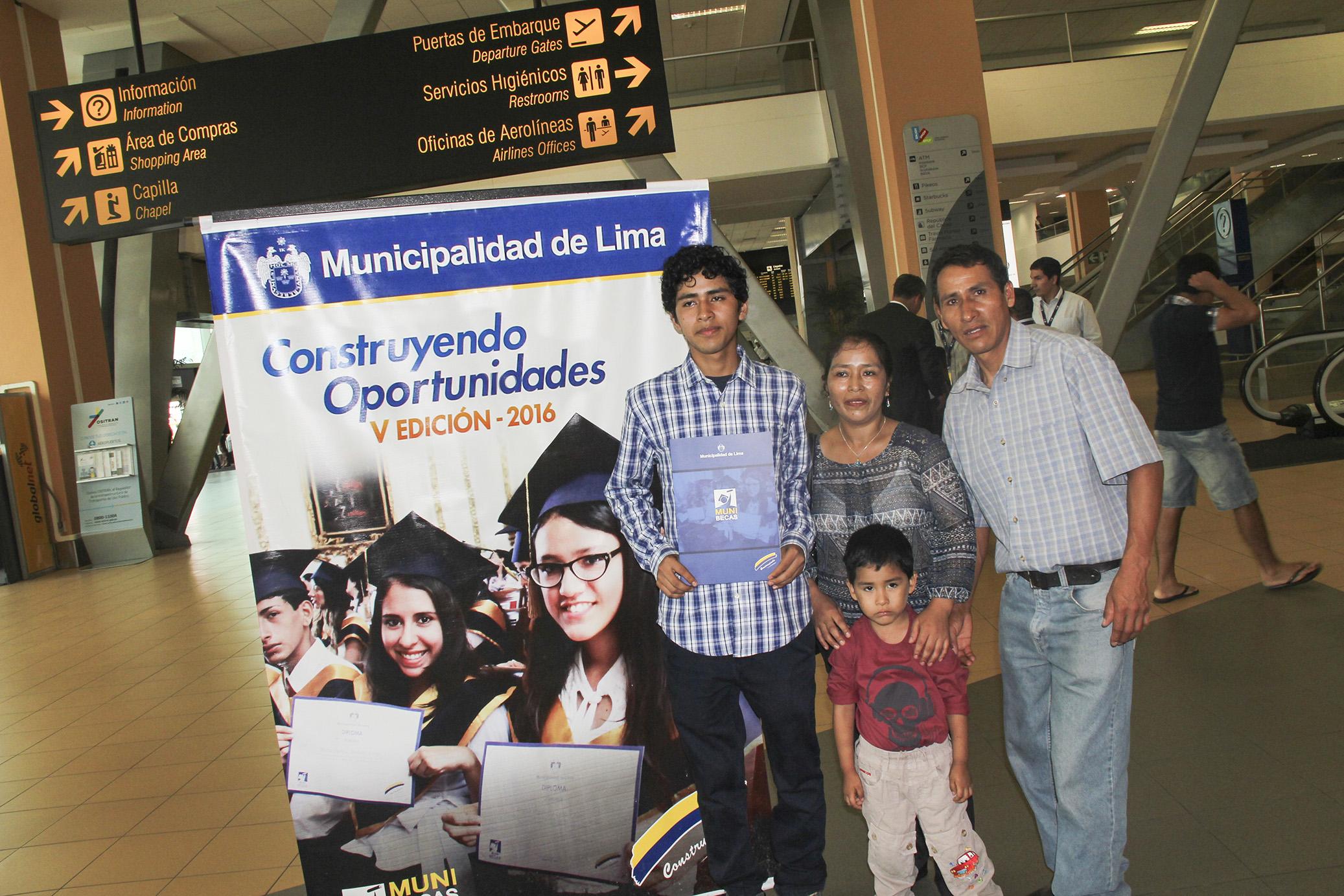 Familia de Frank Carbajal despidiéndose de él en el Aeropuerto Int. Jorge Chávez