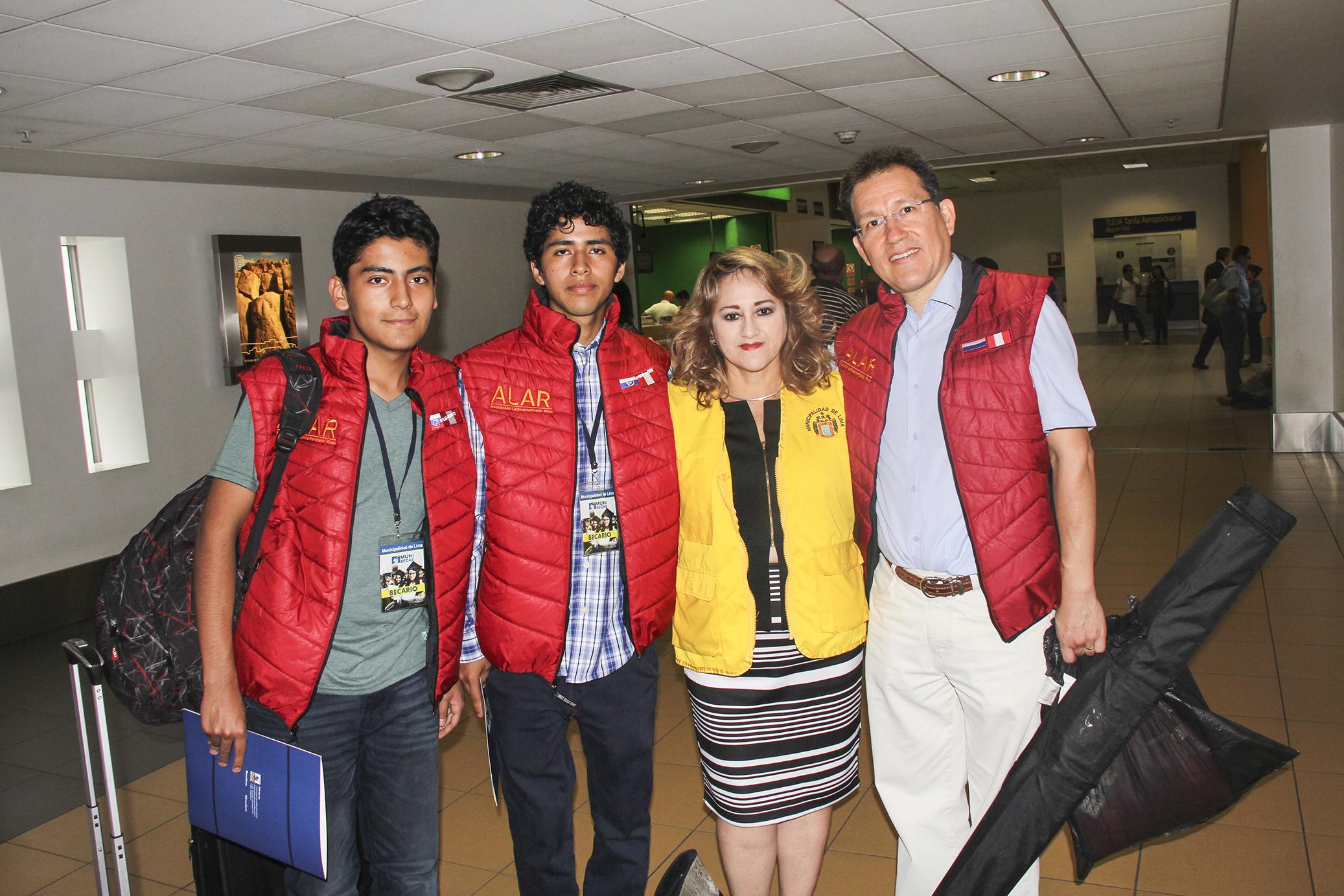 De Izq. a Der.: Manuel Bravo (Estudiante), Frank Carbajal (Estudiante), Betty Coronado (Rep. de la Municipalidad de Lima ), Jorge Cieza de León (Director de ALAR) en el Aeropuerto Int. Jorge Chávez