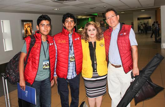 De Izq. a Der.: Manuel Bravo (Estudiante), Frank Carbajal (Estudiante), Betty Coronado (Rep. de la Municipalidad de Lima ), Jorge Cieza de León (Director de ALAR) en el Aeropuerto Int. Jorge Chávez despidiendo a estudiantes.