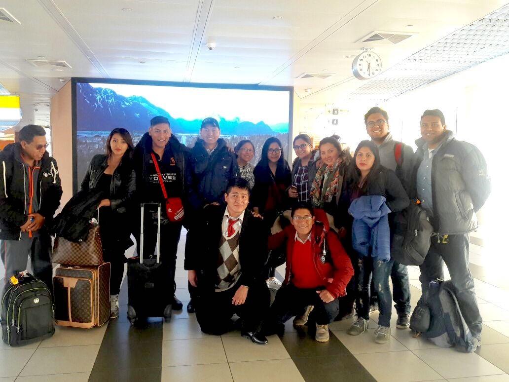 Estudiantes en el Aeropuerto del Alto en Bolivia – La paz a punto de abordar el Avión