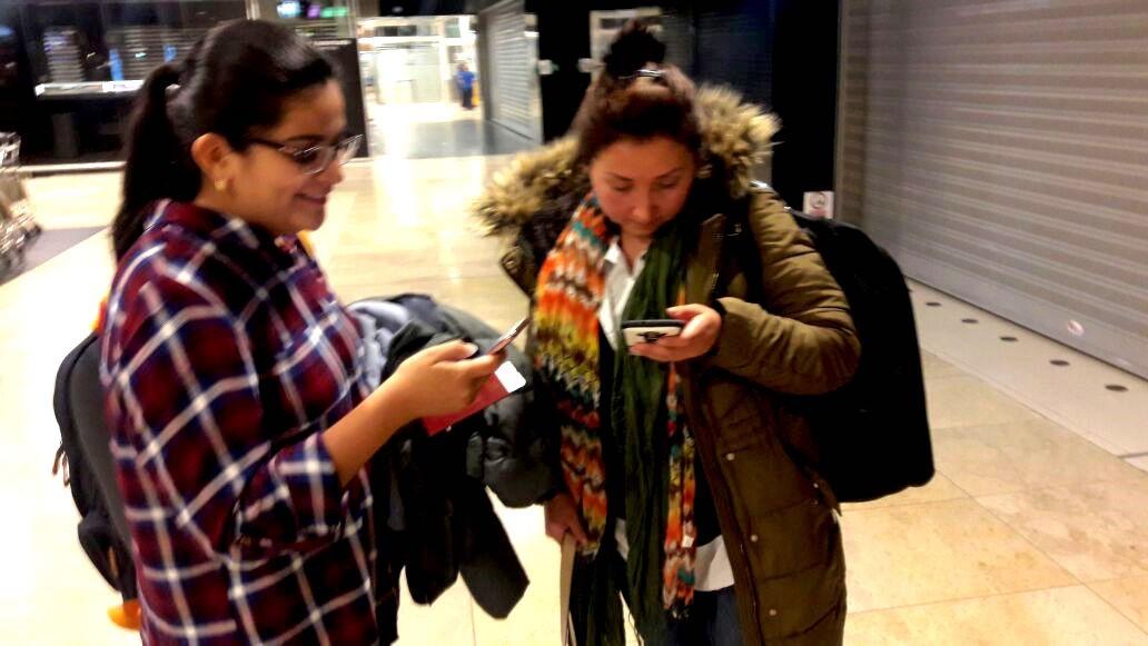 Dos de las estudiantes antes de abordar el avión