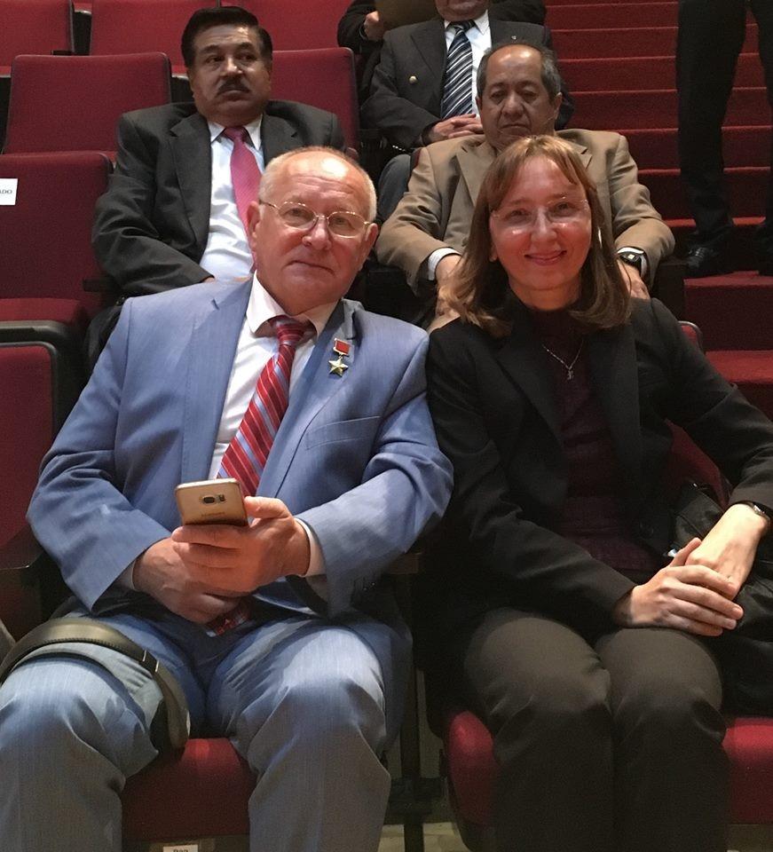 El distinguido cosmonauta soviético, Anatoli P. Artsebarski y Natalia Smirnova, representante de ALAR México