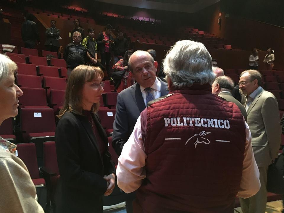 Natalia Smirnova charlando con el Director General del Instituto Politécnico Nacional, el Dr. Enrique Fernández Fassnacht
