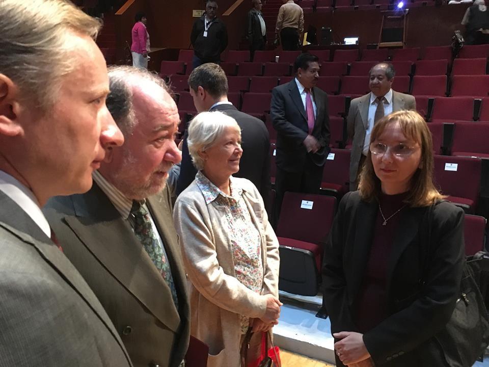 El Embajador de la Federación de Rusia, en los Estados Unidos Mexicanos, el Dr. Malayán Eduard Rubénovich dialogando con la representante de ALAR México, Natalia Smirnova