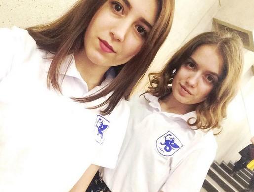 Alumnas portando el polo oficial de la Universidad de Kazán