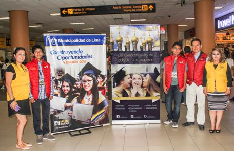 De Izq. a Der.: Frank Carbajal (Estudiante), Manuel Bravo (Estudiante), Jorge Cieza de León (Director de ALAR), Betty Coronado (Rep. de la Municipalidad de Lima)en el Aeropuerto Int. Jorge Chávez