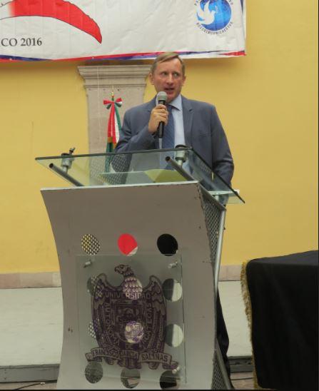 El representante de Rossotrudnichestvo, Andrey Pakhomov, hablando sobre la importancia del estudio del idioma ruso para los estudiantes con visión global durante la inauguración del evento