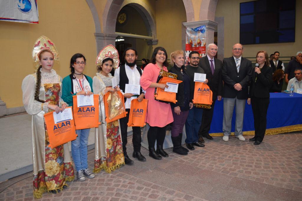 En la clausura se dio la premiación por parte de ALAR a los estudiantes de ruso destacados