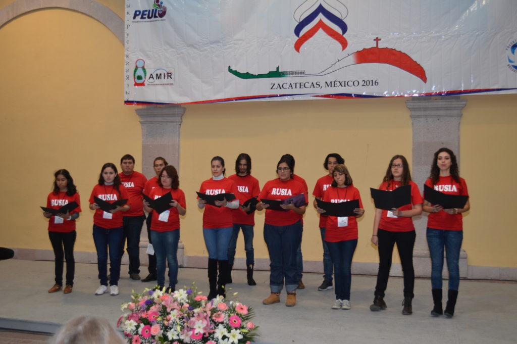 El grupo de los estudiantes del idioma ruso de la Universidad Autónoma de Nayarit presentaron una poesía coral durante el concierto