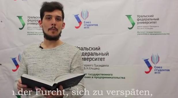 Estudiante francés recitando poesía rusa
