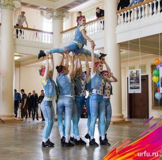 Grupo de jóvenes mostrando sus habilidades gimnastas en el lobby de la universidad de URFU