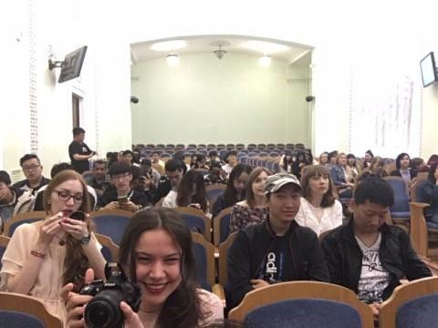 Estudiantes de diversas nacionalidades se dieron cita en el auditorio para disfrutar de los actos de sus compañeros y amigos
