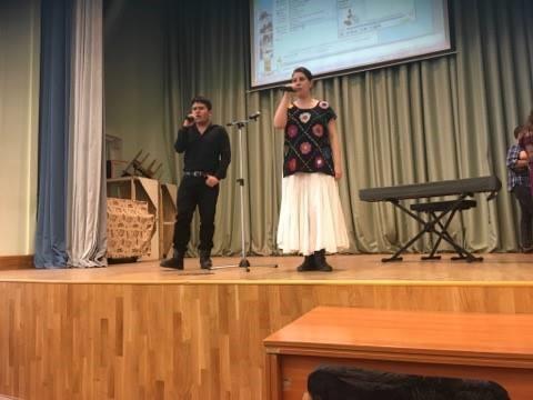 Karen Beltrán y Ángel González durante su participación en el evento