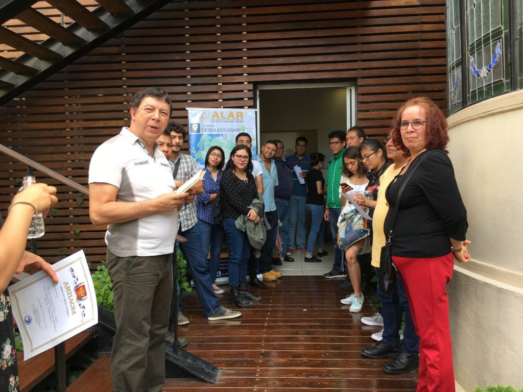 El doctor José Luis Flores López en compañía de estudiantes del idioma ruso después del evento