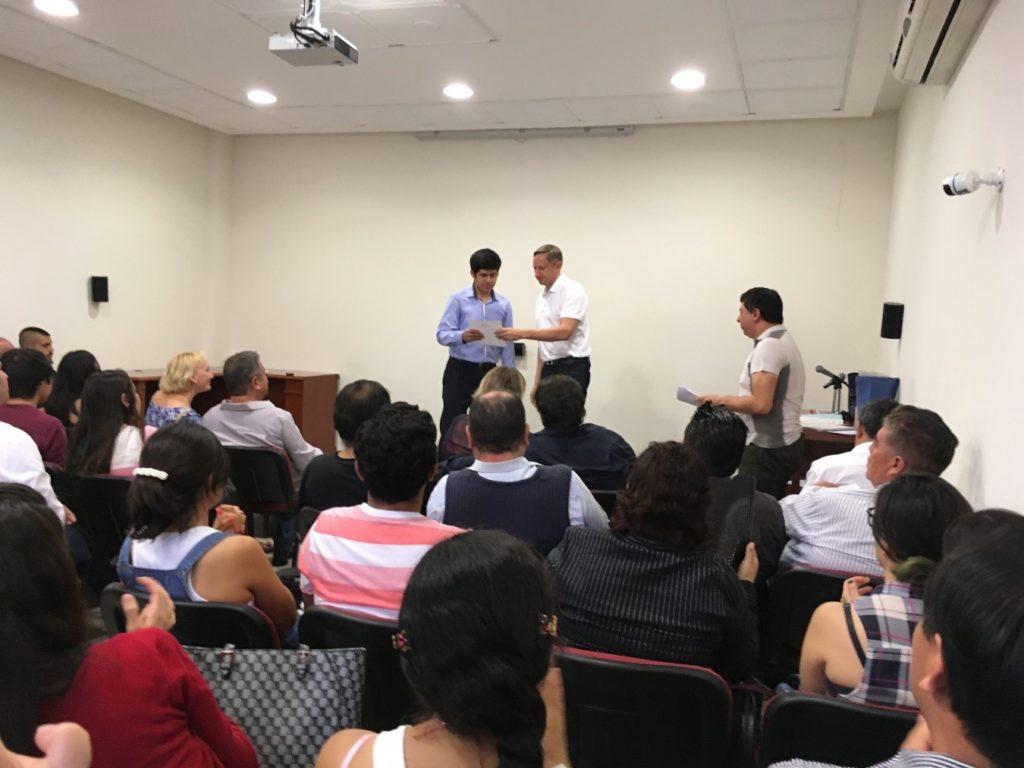 Andrey Pakhomoy, representante de Rossotrudnichestvo en México, otorgando diplomas a los participantes