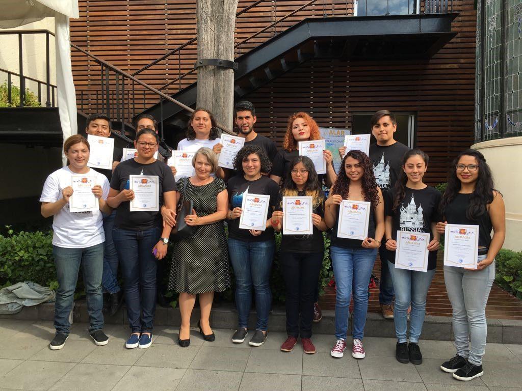 Estudiantes de la FES Aragón y UAEM con su profesora, Tatiana Inozemtseva, recibiendo los diplomas por su participación
