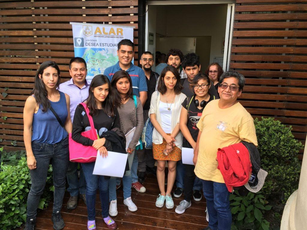 Estudiantes de la Universidad Autónoma Metropolitana (UAM) campus Iztapalapa con su profesor Patricio Mexica